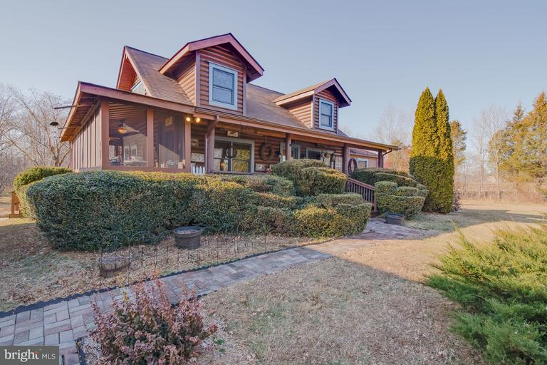 Home of the Week: Log home with guest house